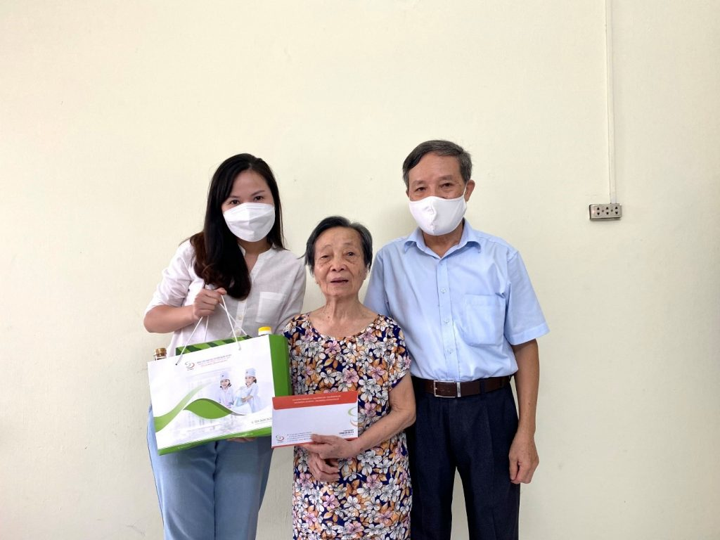 Bà Lê Thị Thanh Nhuần (Sinh năm 1934) là mẹ Liệt sỹ hiện đang sinh sống tại phường Hoàng Văn Thụ nhận quà Phụng dưỡng từ Bệnh viện.