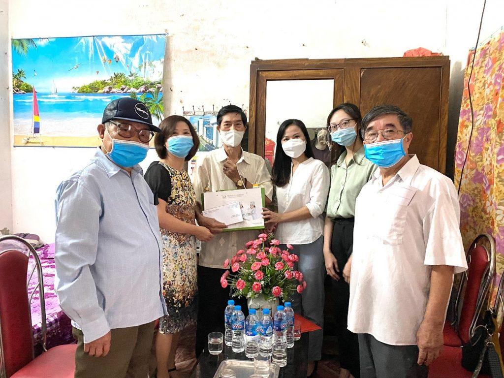 Đại diện Công đoàn Bệnh viện trao Quà phụng dưỡng cho người chăm sóc ông Đặng Ngọc Thanh (Sinh năm 1949) - người tham gia kháng chiến bị nhiễm chất độc hóa học ở phường Giáp Bát.