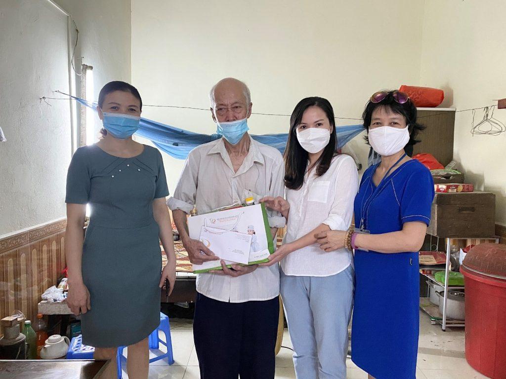 Đại diện Công đoàn Bệnh viện trao quà cho Ông Nguyễn Công Thành (Sinh năm 1945)