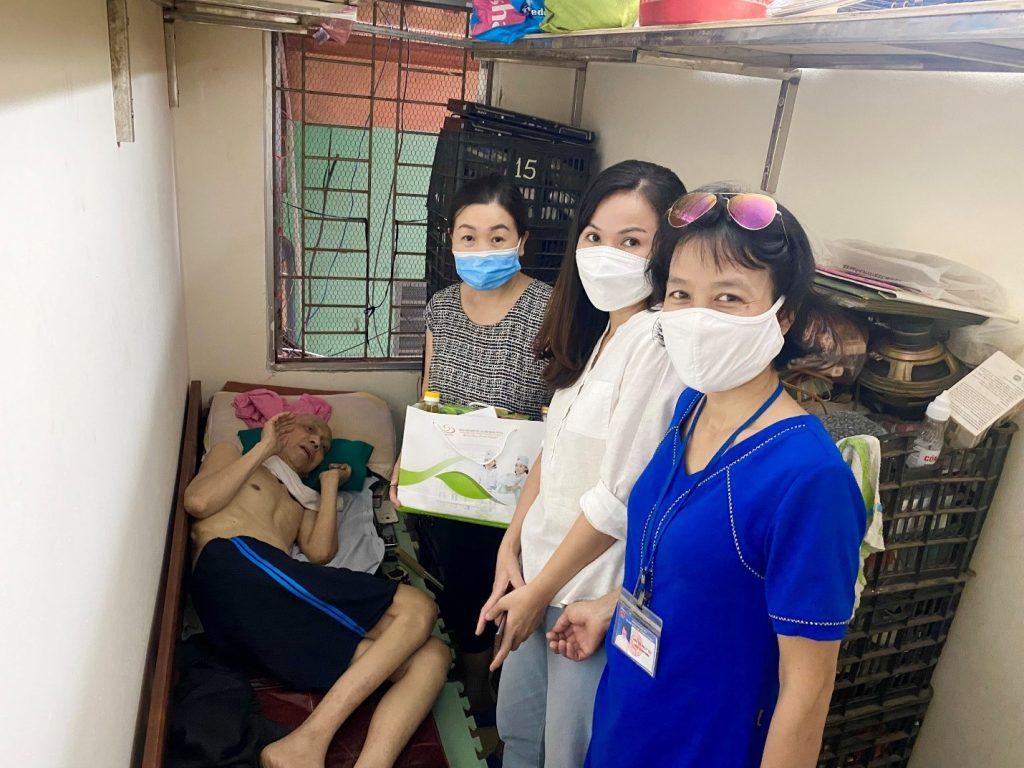 Công đoàn Bệnh viện cùng Cán bộ địa phương tới thăm hỏi và tặng quà Ông Mai Xuân Thảo