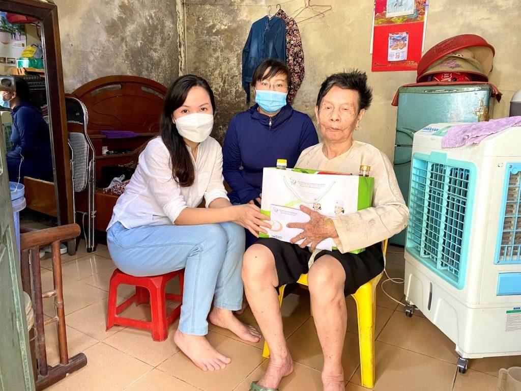 Thăm hỏi và trao quà Vợ Liệt sĩ - Bà Nguyễn Thị Hễ (Sinh năm 1933) hiện ở tại phường Yên Sở