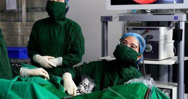 ThS.BS Trịnh Thị Thúy thực hiện bơm Gel chống dính phòng tái dính buồng tử cung sau phẫu thuật